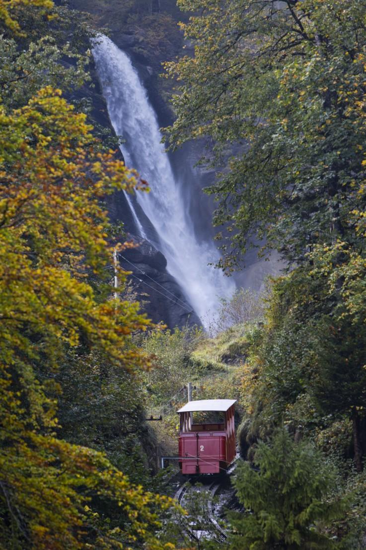 Reichenbachbahn und Wasserfall